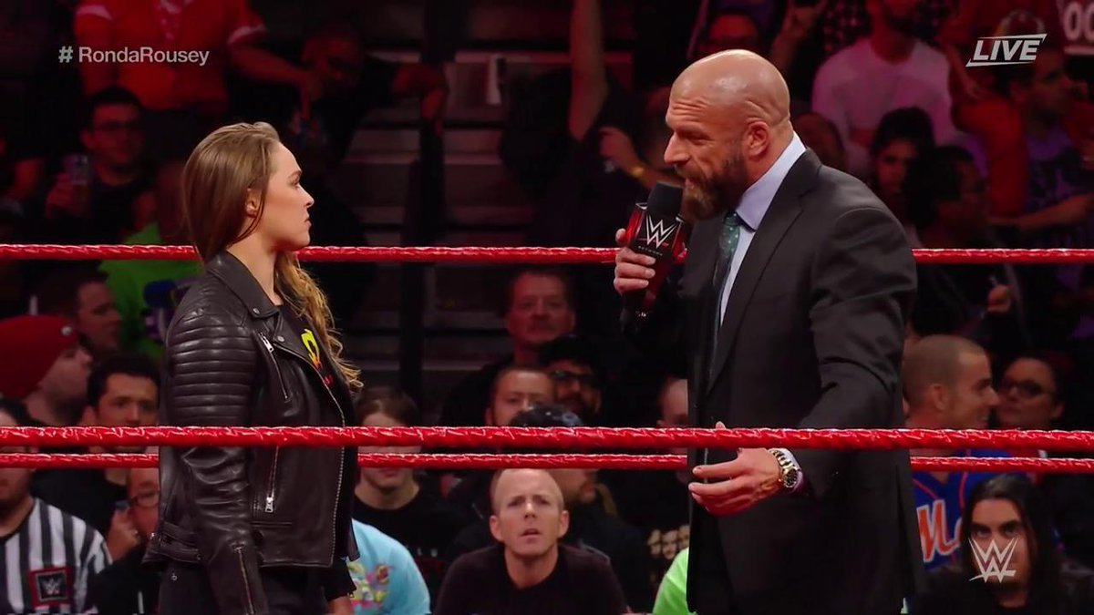 Ronday Rousey con Triple H durante su firma con la WWE