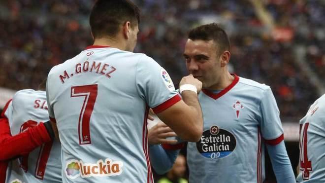Aspas y Maxi celebran un gol del Celta.