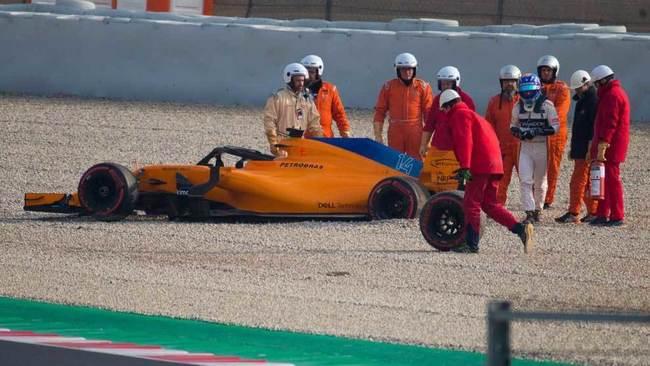 El coche de Alonso, fuera de la pista sin una rueda.