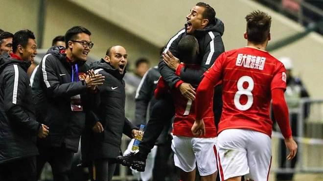 Cannavaro recibe el efusivo abrazo de Alan tras el gol del brasileño.