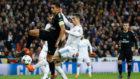 Marquinhos, en el Bernabéu, pelea un balón con Cristiano Ronaldo