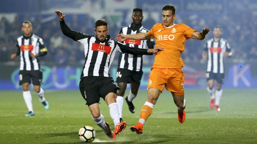 Diogo Dalot corta un ataque de Lucas Possignolo, del Portimonense.