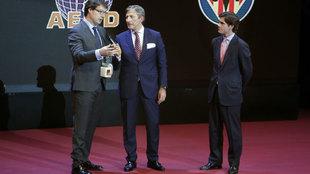 Carlos Carpio, subdirector de MARCA, recibe el galardón por los 80...