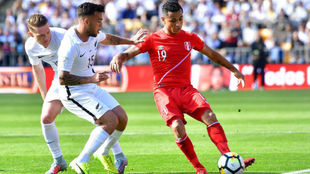 Yotún protege el balón en un partido con Perú.