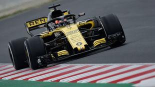 Carlos Sainz, sobre su Renault en Barcelona.