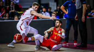 Sergi Vidal da un pase desde el suelo.