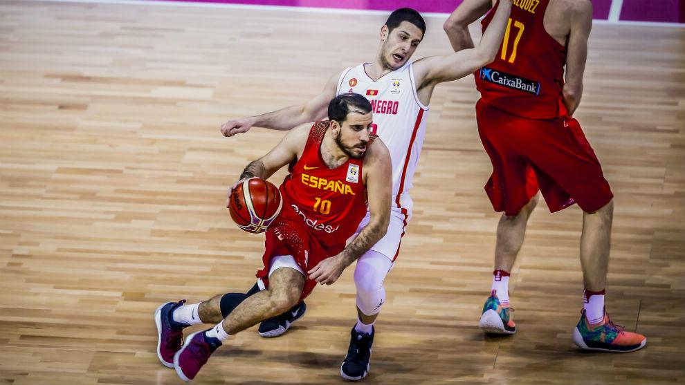 Quino Colom trata de superar a un defensor de Montenegro.