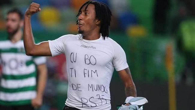 Gelson muestra la camiseta de apoyo a Semedo al celebrar el gol.