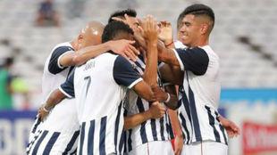 Los jugadores de Talleres se felicitan tras un gol.