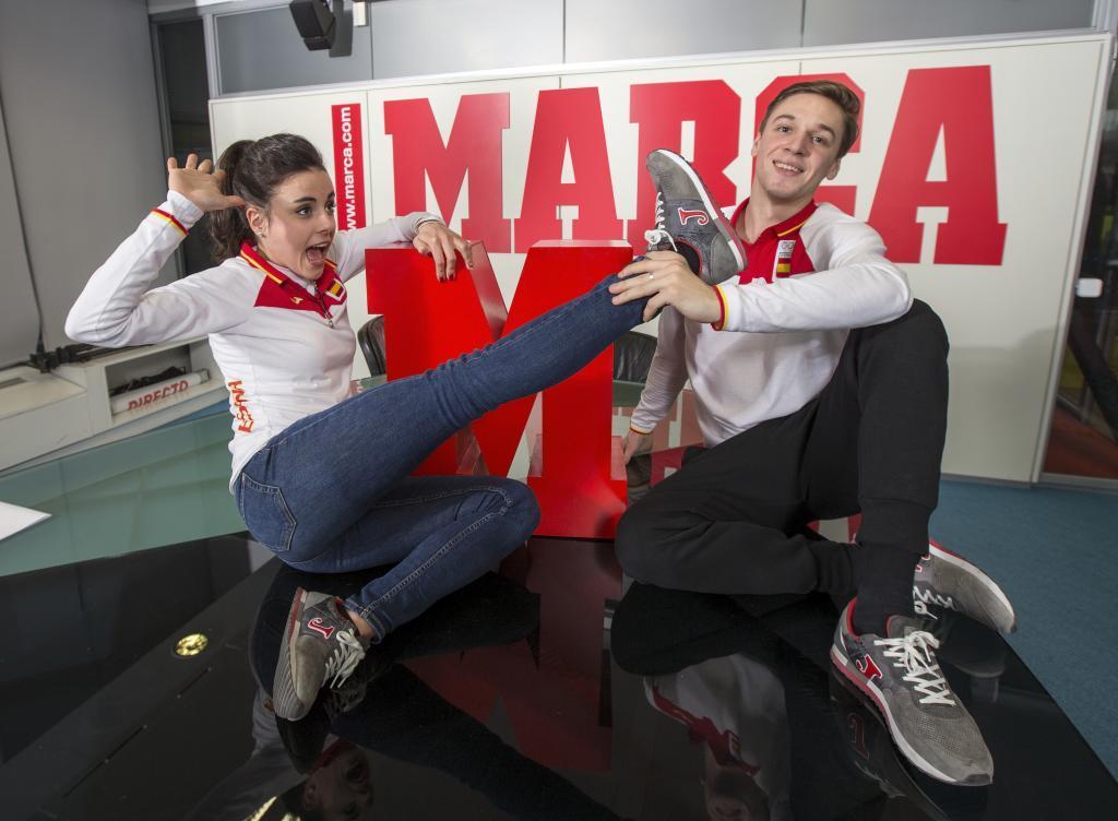 Sara Hurtado y Kirill Jalyavin posan en la redacción de MARCA.