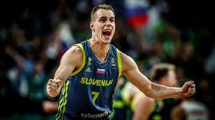 Prepelic celebra una canasta con la selección eslovena.