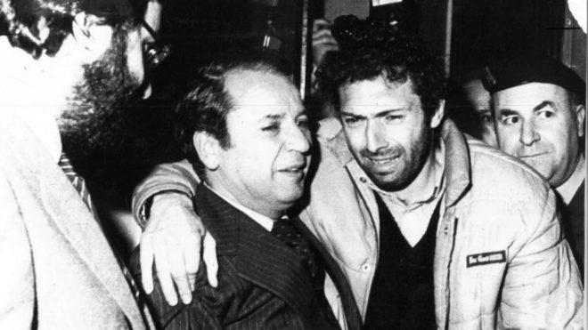 Quini, apoyado en Josep Lluis Núñez, tras ser liberado.