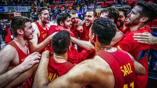 Los chicos de la selección masculina celebran su victoria sobre...