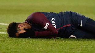 Neymar, en el césped tras caer lesionado.