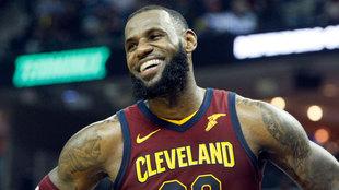 LeBron James sonríe durante un partido