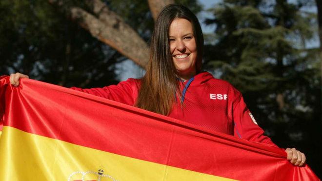 Astrid Fina, con la bandera española.