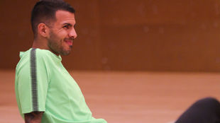 Jonathan Viera se ejercita durante su primer entrenamiento en el...
