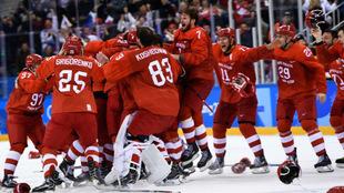 Los deportistas 'rusos' independientes celebran su triunfo...