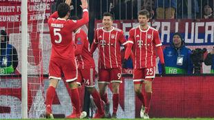 Hummels felicita a Lewandowski tras marcar ante el Besiktas.