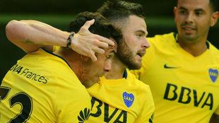 Jugadores de Boca celebran un gol de Tevez.