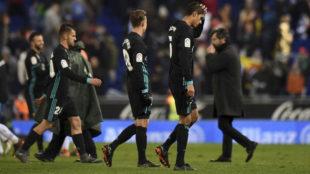 Ceballos, Llorente y Varane se retiran cabizbajos tras la derrota.