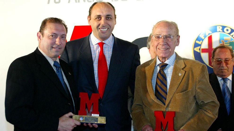 Quini, Manuel Saucedo, exdirector de MARCA, y Telmo Zarra