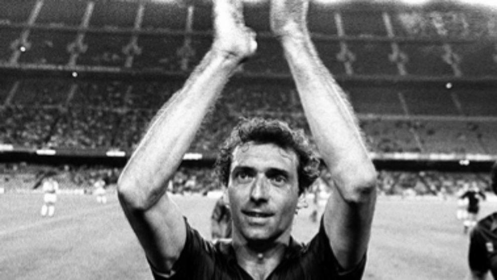 'Quini' aplaudiendo durante un partido de fútbol