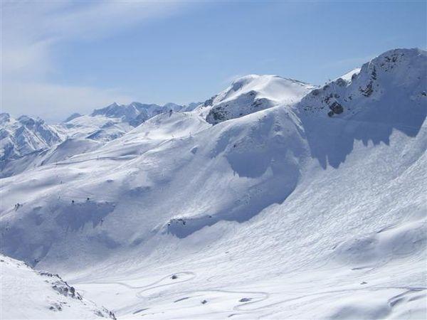 El alud se ha producido en una ladera de nieve virgen, fuera de las...