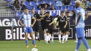 Los jugadores del Sevilla celebrando el gol de Correa.