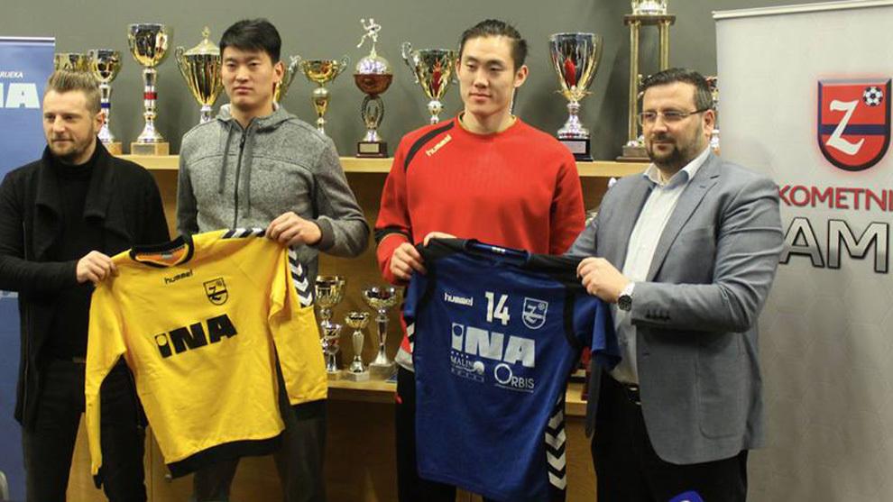 Wang Quan y Zhao Chen posan con la camiseta del Zamet Rijeka