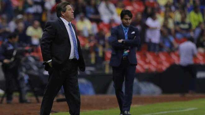 Herrera, dirigiendo al América ante Saprissa.