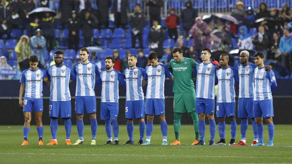 Los jugadores del Málaga durante el minuto de silencio