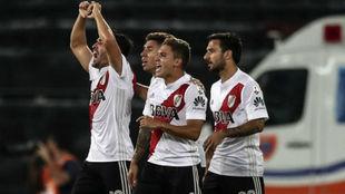 Mayada celebra con sus compañeros el gol.