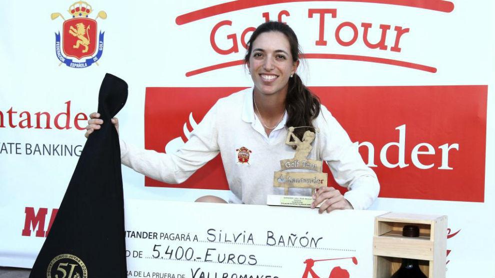 Silvia Bañón posa tras ganar un torneo en el Santander Golf Tour.