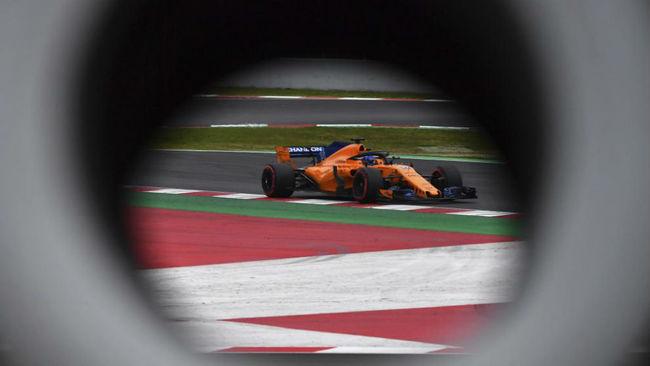 Alonso, sobre su McLaren, en el Circuit.
