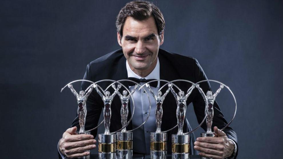 Roger Federer posa con sus seis premios Laureus.