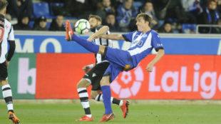 Pina despeja el balón ante la presencia de Morales.