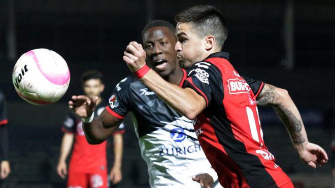 Luis Advincula y Damián Pérez disputan la pelota