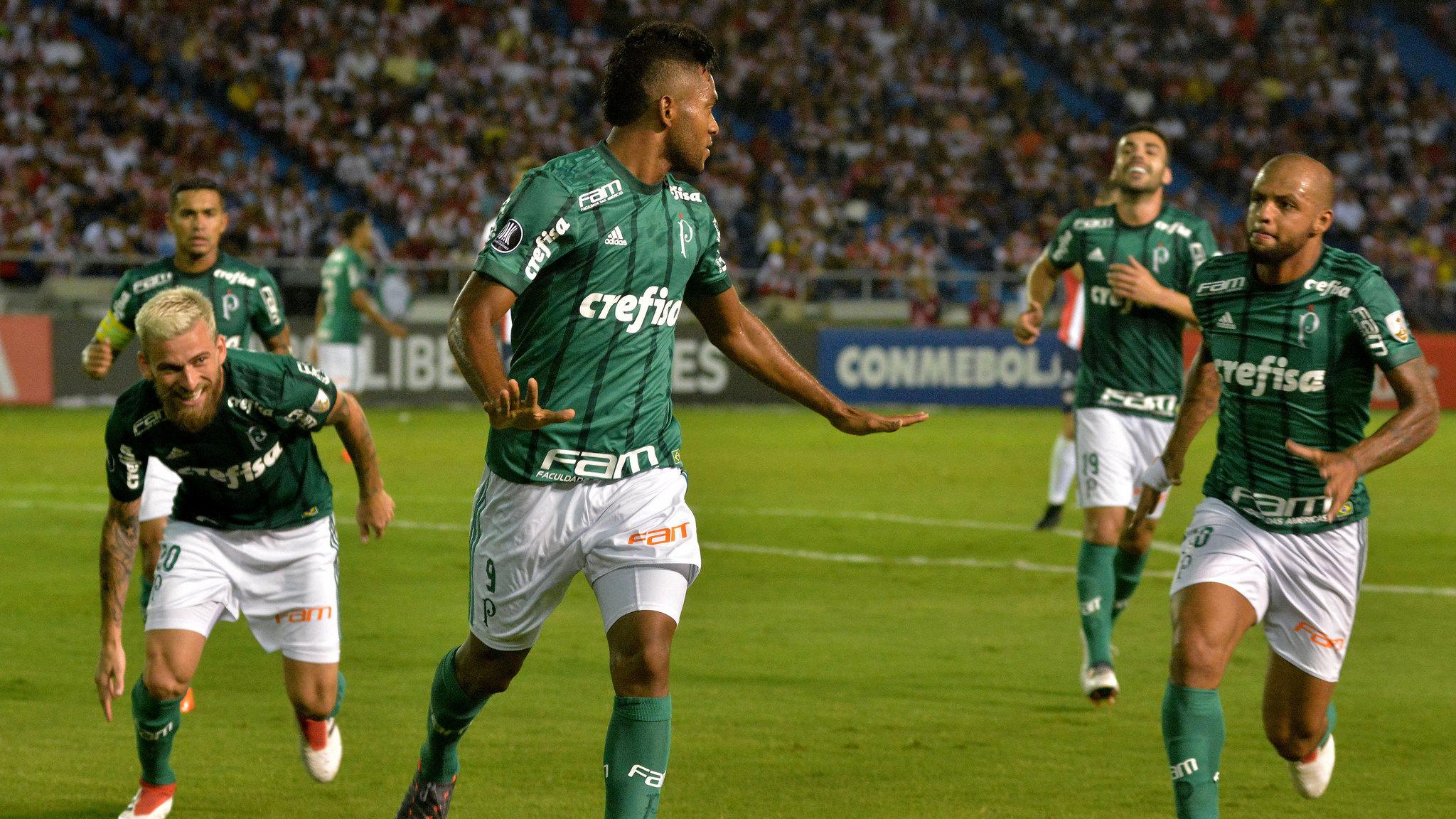 Miguel Borja de Palmeiras celebra un gol con sus compañeros