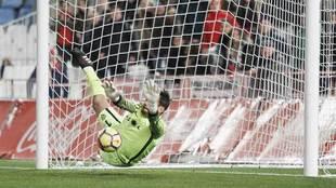 René detiene un penalti en el último suspiro en el partido ante el...