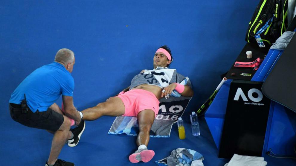 Nadal recibe asistencia médica durante el pasado Open de Australia