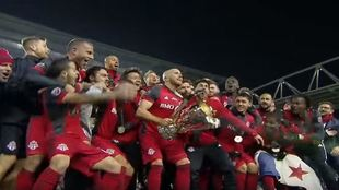 Los jugadores de Toronto FC levantan el título conquistado en 2017.