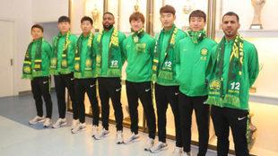 Viera y Bakambu posan con todos los fichajes del Beijing Guoan.