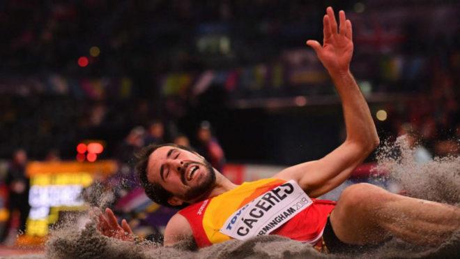 Eusebio Cáceres toca el foso en uno de sus saltos en Birmingham.