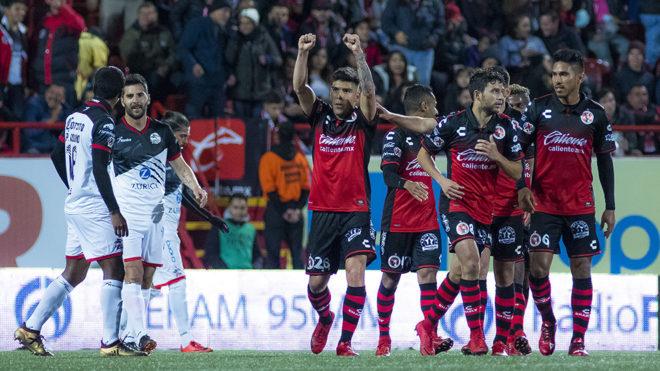 Mendoza celebra el gol de Xolos