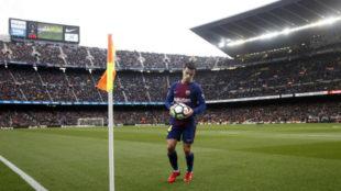 Coutinho se dispone a lanzar un córner en el Camp Nou.