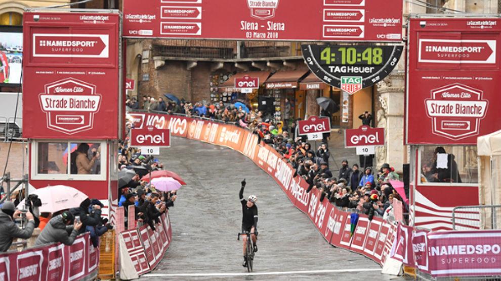 Anna van der Breggen triunfa en la Piazza del Campo de Siena.