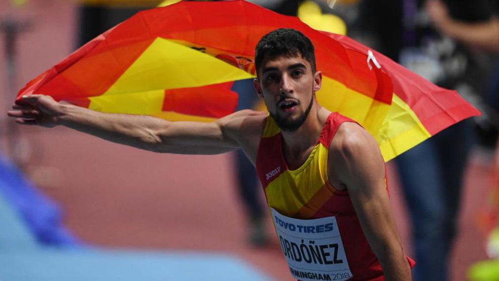 Saúl Ordoñez ondea una bandera española tras la carrera