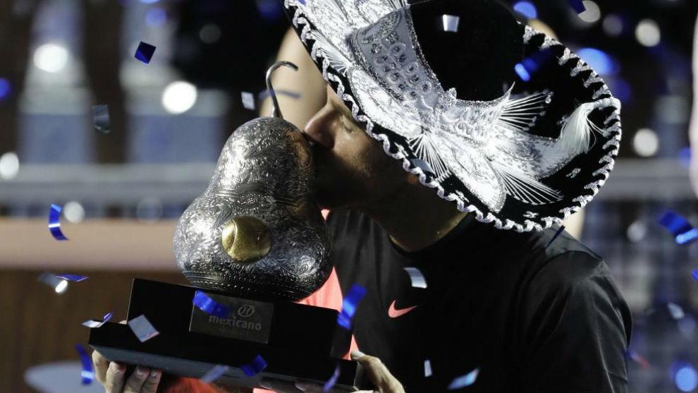 Del Potro besa el trofeo de campeón