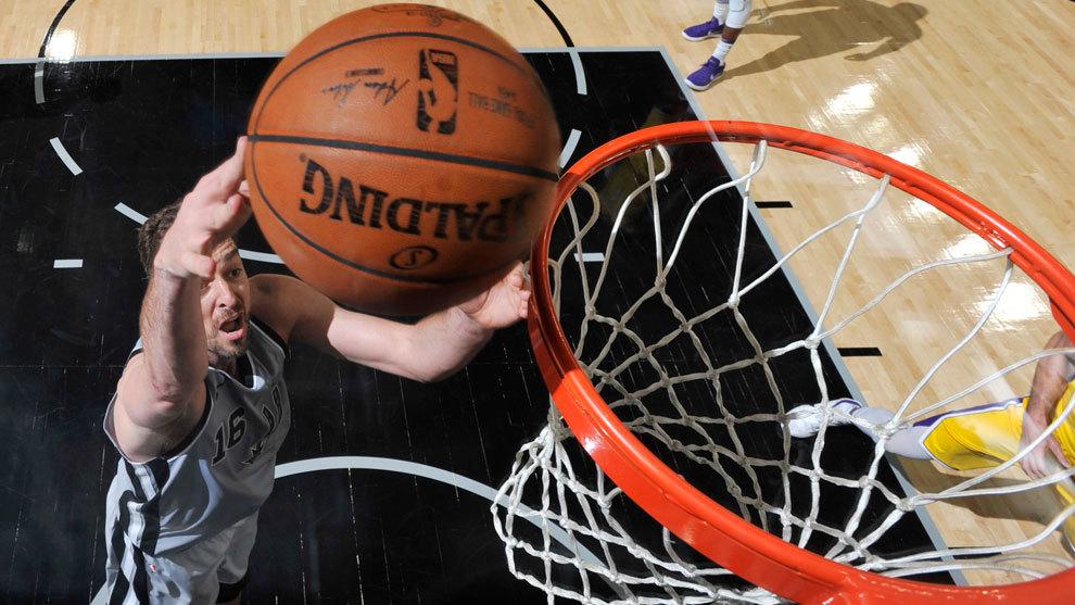 Pau Gasol anota ante los Lakers